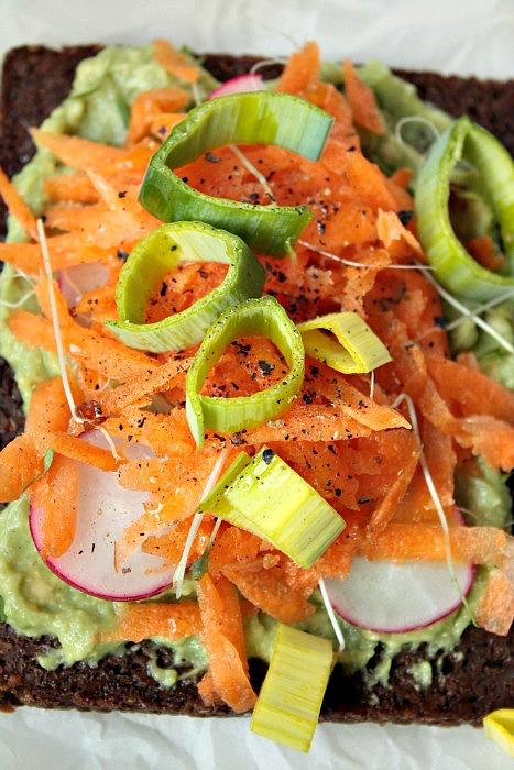 Gesundes veganes Sandwich mit Avocado und Karotten.