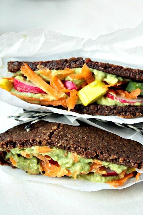 Leckeres veganes Avocado Karotten Sandwich.