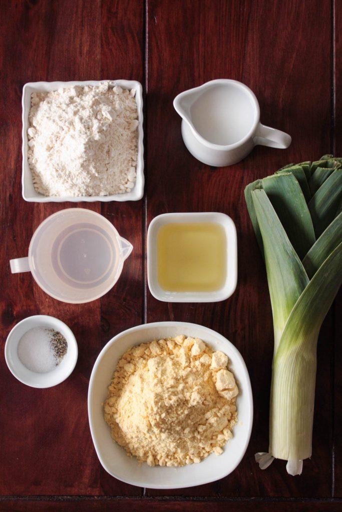 Glutenfreies Maisbrot backen geht ganz einfach und schmeckt richtig lecker zum Salat oder zum Grillen! Dieses Maisbrot Rezept ist auch vegan!