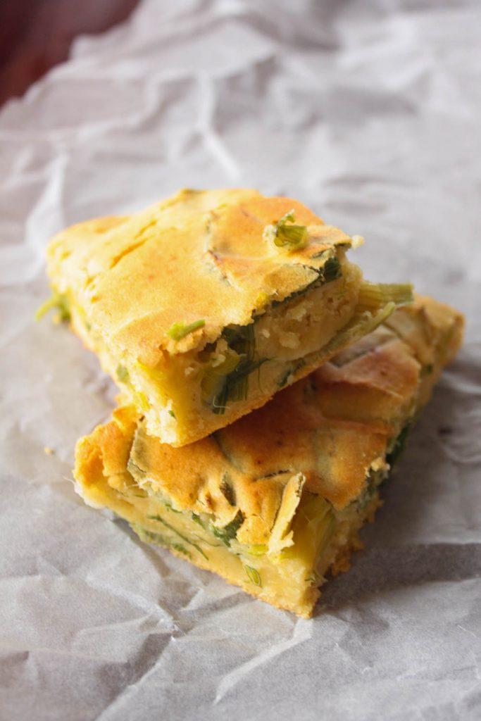 Glutenfreies und veganes Maisbrot kann schnell selbst zubereitet werden. Es schmeckt sehr lecker zum Salat oder zu gegrilltem Gemüse!