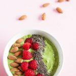 Vegane und glutenfreie grüne Smoothie Bowl. Super gesundes und sättigendes Frühstück!