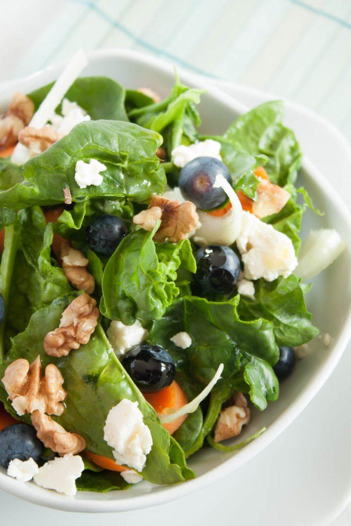 Leckerer Spinat Salat mit Walnüsen und Heidelbeeren. Dieser fruchtige Salat ist schnell gemacht und ist eine willkommene Salat Rezept Abwechslung!
