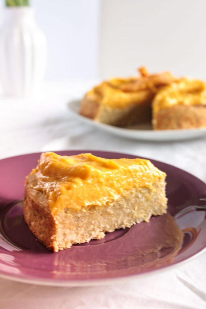 Zuckerfrei backen: super leckerer Kokos-Mango-Kuchen. Glutenfrei und Vegan! Der Kuchen kommt ganz ohne Zucker aus und schmeckt trotzdem fruchtig süß! Mehr zuckerfreie Kuchenrezepte gibt es auf dem Blog!