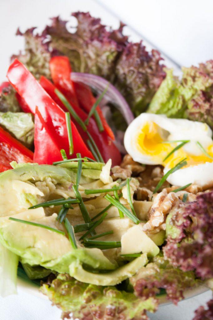 Schnell gemachter Avocado Salat. Leckerer Salat für ein leichtes Abendessen oder als Beilage zum Grillen. Rezeptkarte zum download auf dem Blog!