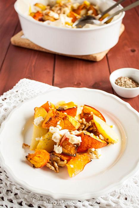 Einfaches Gericht aus dem Backofen: Kürbis mit Kartoffeln, Feta und Walnüssen. Gesund und lecker!