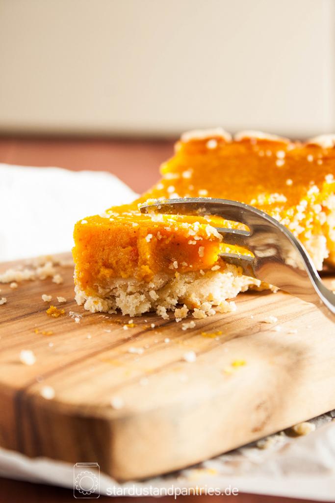 Rezept für einen leckeren Kürbiskuchen mit knusprig-krümmeligem Boden aus Vollkorn! Die Rezeptkarte gibt es zum Herunterladen auf dem Blog!