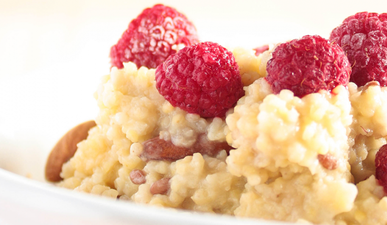 Veganes Frühstück – Hirsebrei mit Himbeeren