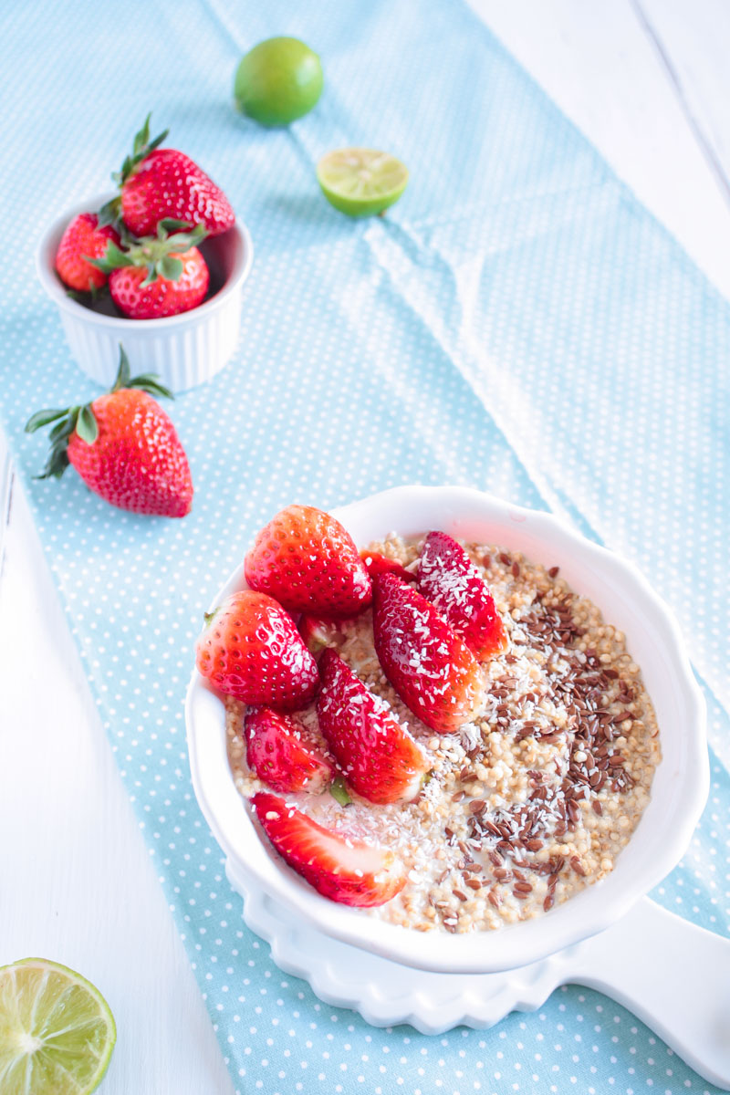 Veganes Amaranth Frühstück mit frischen Erdbeeren ist super schnell gemacht und perfekt für Morgenmuffel! Amaranth ist von Natur aus glutenfrei und auch für Low-Carb-Esser interessant!
