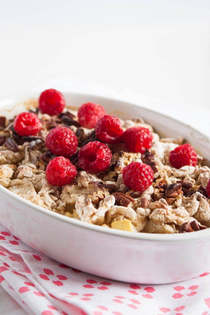 Veganes Apfel Crumble mit Himbeeren und Pecanüssen. Die gesunde Desser Alternative ohne Zucker!