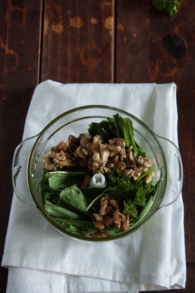 Veganes Bärlauchpesto mit Walnüssen kann ganz leicht selbst gemacht werden und ist in wenigen Minuten fertig! Frisch gemacht schmeckt es einfach am Besten!