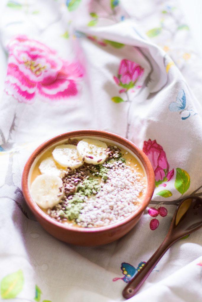 Vegane Mango Smoothie Bowl - ein gesundes und sättigendes Frühstück! Vegan, glutenfrei und laktosefrei!