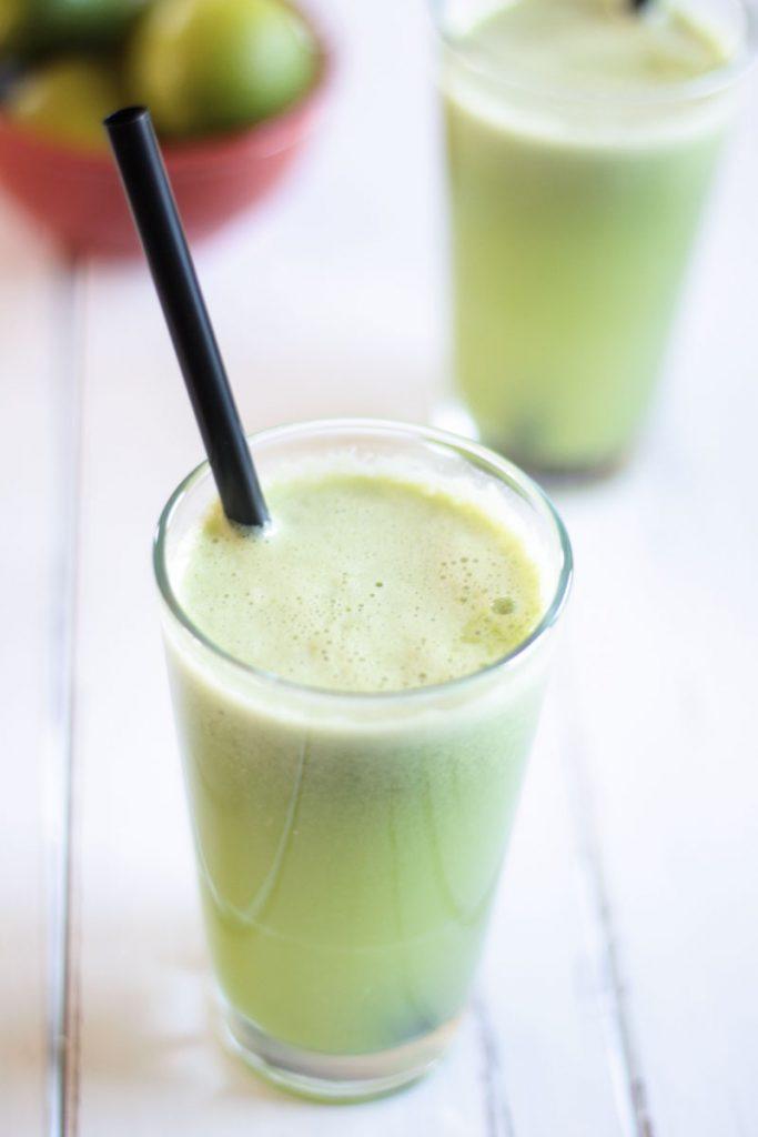 Saftrezept: frischer Birnen-Limetten-Saft mit Sellerie und Gurke! Sehr erfrischend bei warmen Temperaturen und hilft auch nocht gegen Heuschnupfen und Asthma!