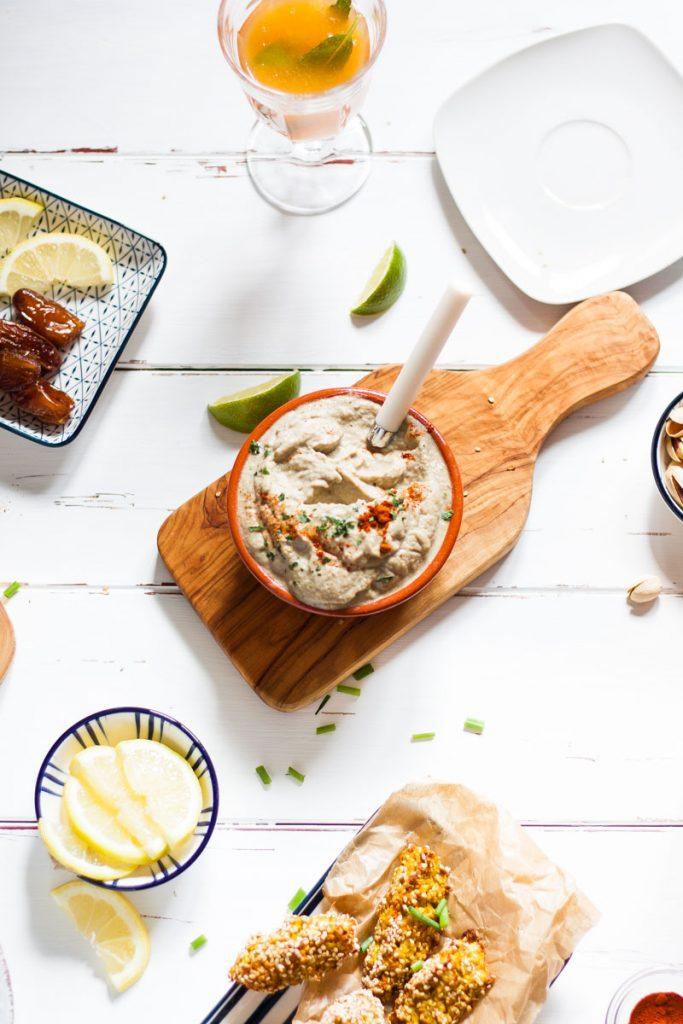 Gesund Snacken mit leckeren Dips - würziger Auberginen Dip hat wenig Kalorien, pimpt jede Gemüseplatte und kann ganz einfach vorbereitet werden