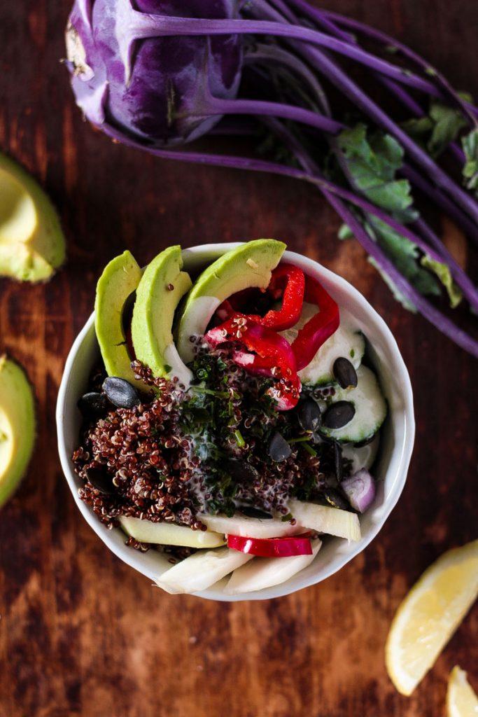 Gesunder Quinoa Detox Salat mit cremigem Dressing und wenigen Zutaten ist das perfekte Essen, wenn man mal wieder zu viel ungesundes gefuttert hat. Mit jedem Bissen fühlst du dich wieder besser! Zudem ein gesundes Essen für's Büro oder ein schnelles Essen nach einem langen Arbeitstag!