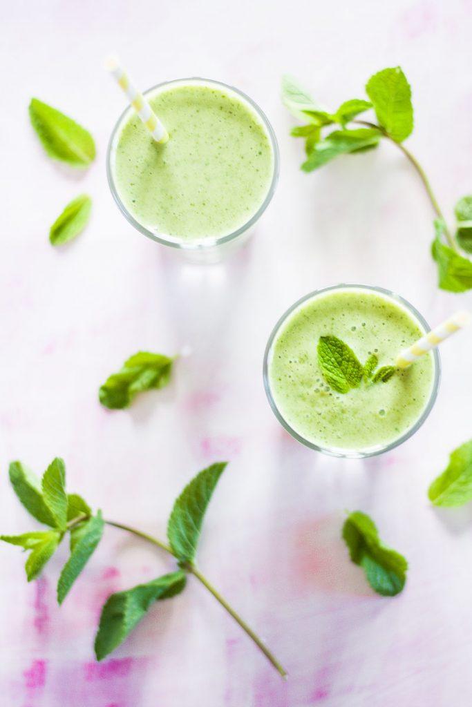 Ein leckerer und veganer grüner Mango Smoothie mit Minze ist die gesunde Erfrischung für Zwischendurch!