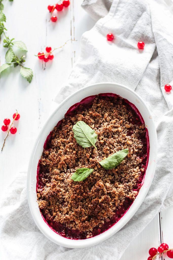 Veganes und glutenfreies Johannisbeeren Streusel Rezept. Warme Beeren Streusel sind das ideale Sommer Dessert und bilden einen schönen Abschluss zum Grillen!