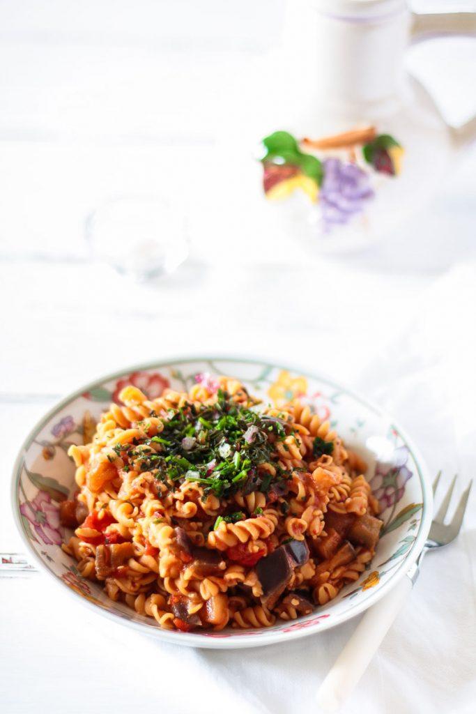 Gesunde Low Carb One-Pot Kichererbsen Pasta ist in 30 Minuten fertig und das perfekte Comfort Food für verregnete Sommer Abende! Zudem ist die Pasta vegan und glutenfrei!