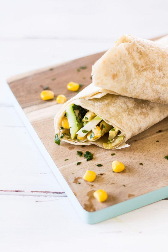 Vegane Avocado Wraps mit Gemüsefüllung sind schnell zubereitet und eignen sich prima zum Mitnehmen als gesunden Snack für den Hunger zwischendurch oder für's Büro!