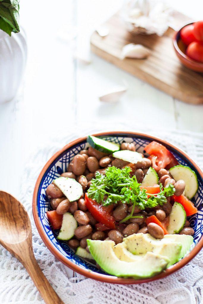 Sommerlicher Bohnensalat als schnelles und gesundes Abendessen oder leckere Beilage! Der Salat ist vegan und glutenfrei und benötigt wenig Zutaten.