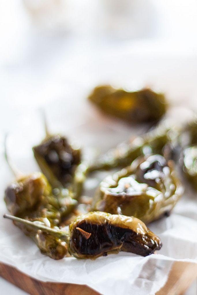 Leckere Beilage aus gerösteten Knoblauch Paprika passt zum Grillen, zur Gemüseplatte oder ist ein besonderes Extra zum Salat.