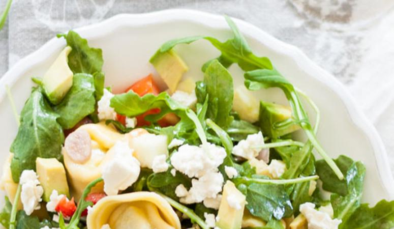 Vegetarischer Tortellini Rucola Salat