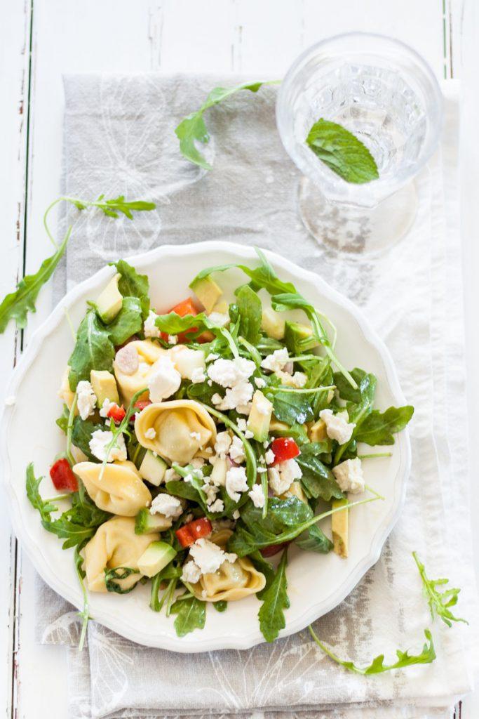 Vegetarischer Tortellini Rucola Salat mit Senf Dressing ist das ideale Picknick-Essen. Schnell zubereitet und einfach lecker!