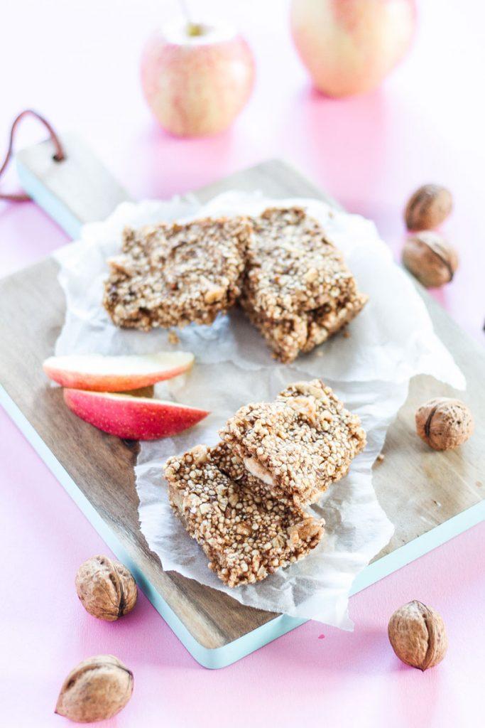 Vegane und zuckerfreie Apfel-Zimt-Müsliriegel sind ein gesunder Snack für Zwischendurch, vollgepackt mit echter Nervennahrung!