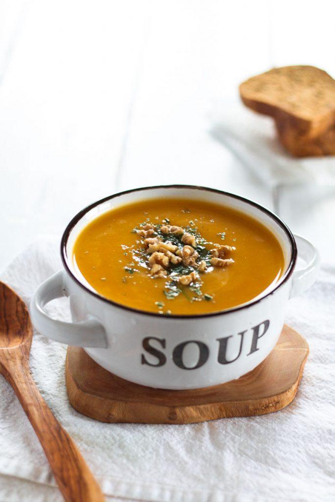 Super einfache vegane Suppe aus Butternusskürbis und Pastinaken - in nur 30 Minuten fertig #Suppe #Kürbissuppe #Kürbis #Butternusskürbis #Pastinakensuppe