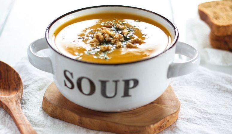 Vegane Butternusskürbis Suppe mit Pastinaken