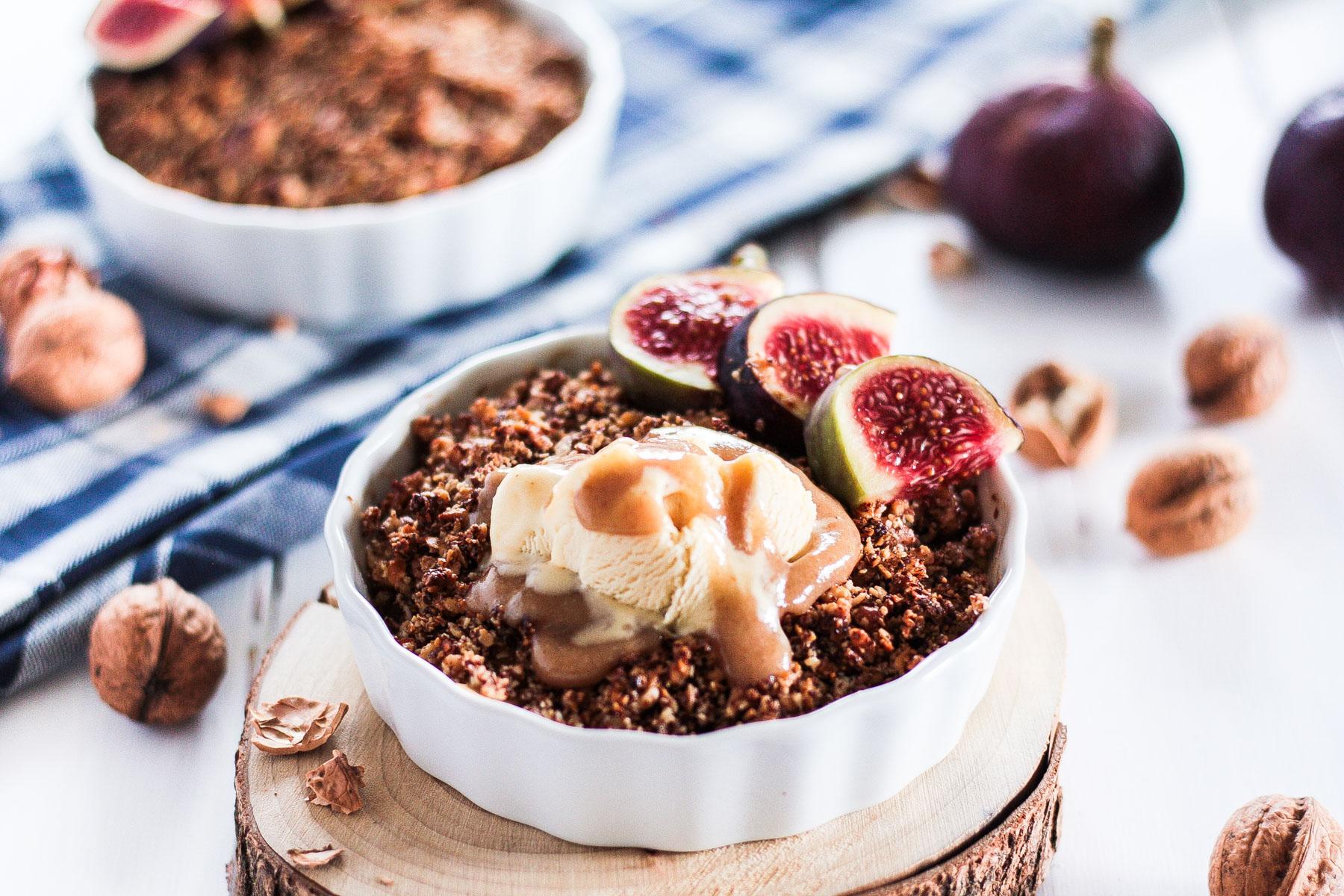 Veganes Apfel-Crumble mit cleaner Karamellsoße ist ein schnelles und einfaches Dessert, perfekt für einen gemütlichen Herbstnachmittag / Herbstabend! Cleanes, glutenfreies, veganes und zuckerfreis Soulfood.