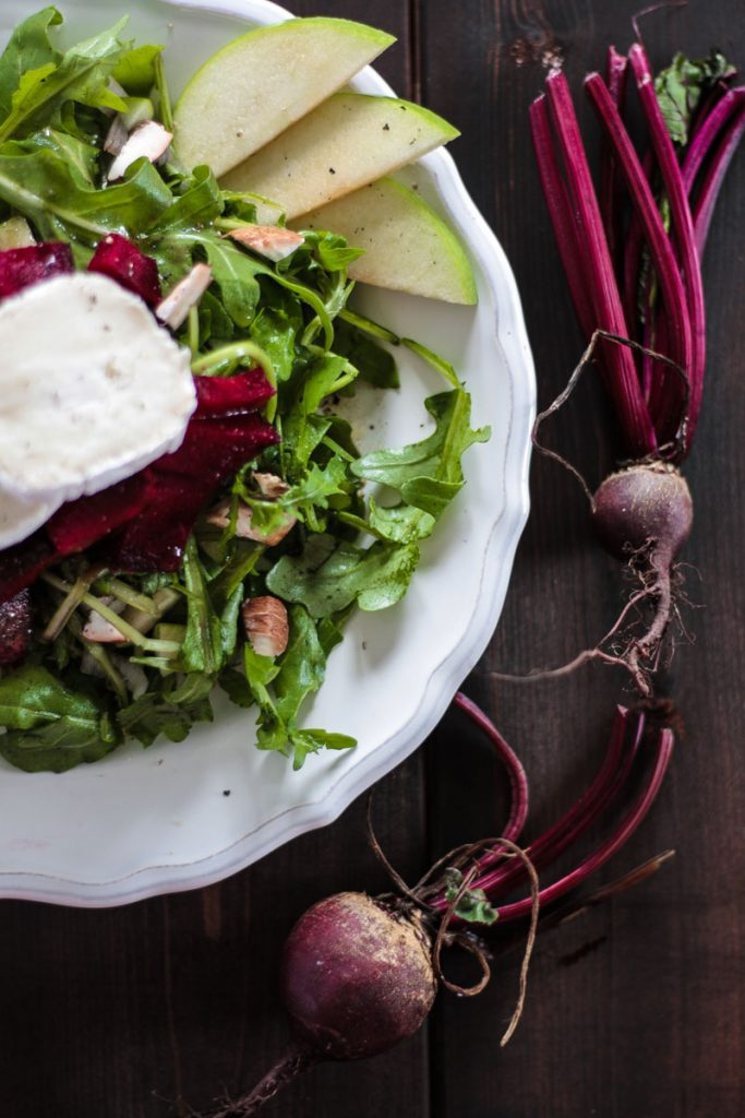 Herbstlicher rote Beete Salat mit herzhaftem Ziegenkäse und fruchtigen Apfelscheiben macht satt und versorgt dich mit vielen Vitaminen! Gesund essen kann so lecker und einfach sein!