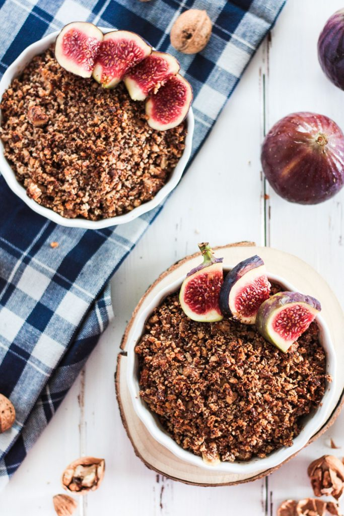 Veganes Apfel-Crumble mit cleaner Karamellsoße ist ein schnelles und einfaches Dessert, perfekt für einen gemütlichen Herbstnachmittag / Herbstabend! Cleanes, glutenfreies, veganes und zuckerfreies Soulfood.