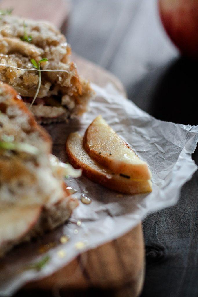 Ein knuspriges Panini mit Käse, Apfel und Rosmarin ist ein idealer Snack für Zwischendurch und auch ein schnelles Abendessen. #Panini #Sandwich #Apfel #Apfelrezept #Käsesandwich #vegetarisch #Comfortfood