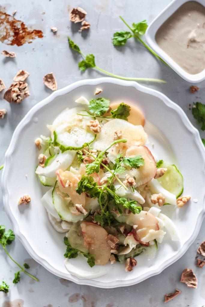 Schnell gemachter Fenchel Salat mit fruchtigen Apfelspalten und einem cremigen Ingwer Dressing ist nicht nur super lecker, sondern versorgt dich auch noch mit vielen Vitalstoffen!