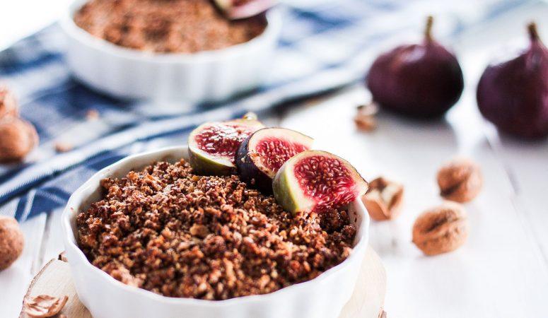 Veganes und glutenfreies Soulfood aus Äpfeln, Mandeln, Haselnüssen, Walnüssen und leckerer veganer Karamellsoße – für einen gemütlichen Herbstnachmittag, clean und zuckerfrei! #Crumble #Apfel #zuckerfrei #glutenfrei