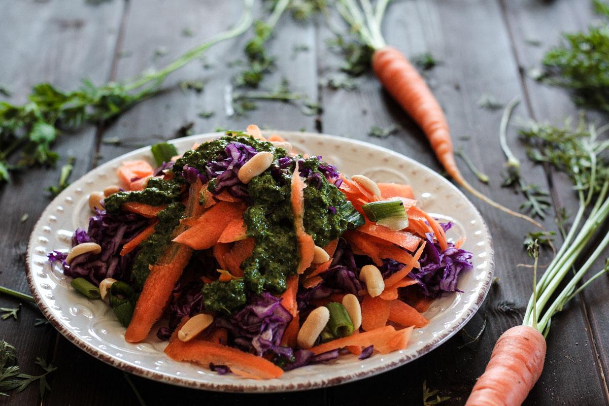Schneller Karotten-Rotkohl-Salat mit frischem Karottengrün-Dressing - genau das Richtige, wenn mal wieder mehr Rohkost auf den Teller soll!