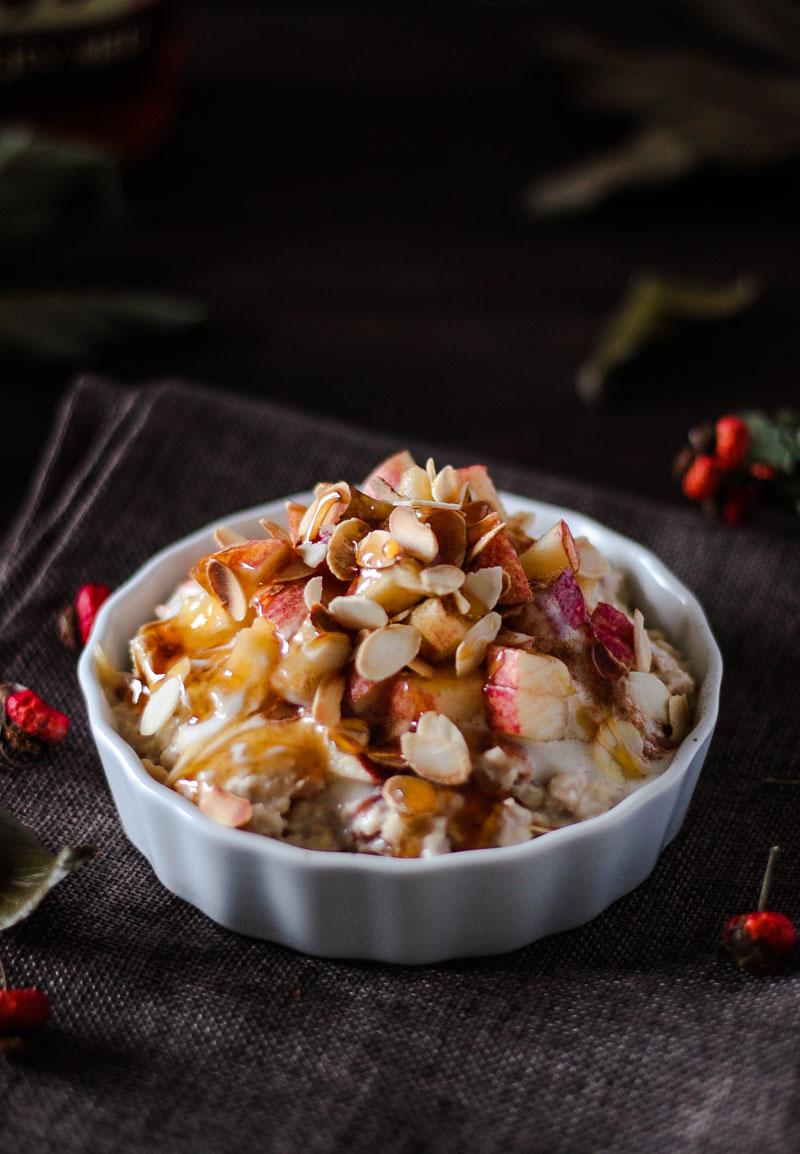 Vegane Bratapfel Overnight Oats mit Zimt und Ahornsirup sind das perfekte Frühstück für einen stressfreien Morgen! #Bratapfel #Overnightoats #Frühstück #vegan #gesund #Herbstessen
