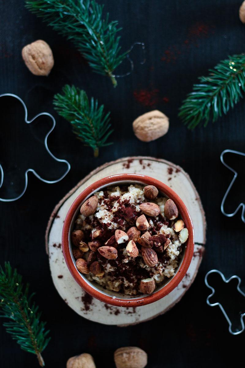 Das vegane und zuckerfreie Lebkuchen Porridge ist ein leckeres Frühstück für einen gemütlichen Adventsmorgen und lässt sich leicht in Overnight Oats umwandeln! #Porridge #vegan #Haferflocken #Overnightoats #Lebkuchen #Weihnachten