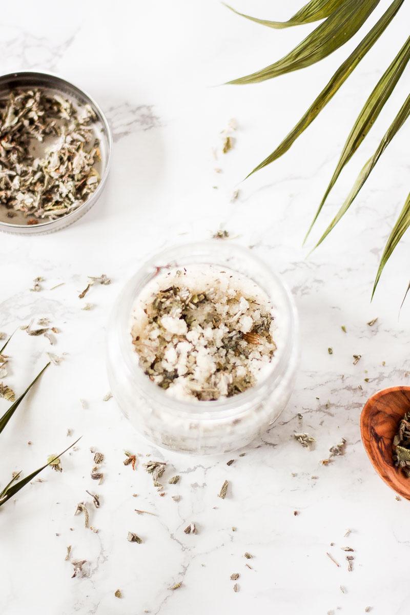 Hautregenerierendes, veganes und beruhigendes Körperpeeling mit Salbei und Zedernholzöl selber machen. DIY Naturkosmetik #Naturkosmetik #DIY #Peeling #Körperpeeling