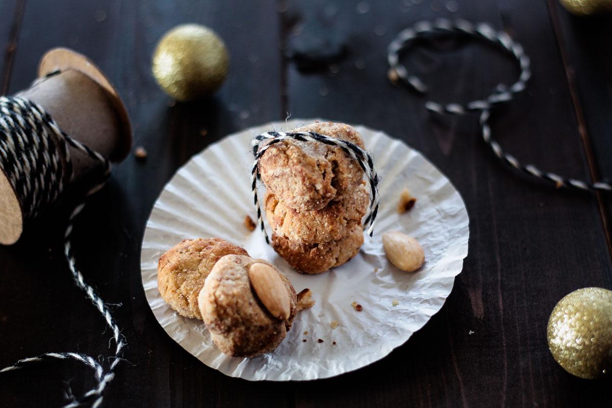Schnelle vegane und glutenfreie Zitronen-Mandel-Buchweizen-Plätzchen! Ein sehr einfaches Rezept das auch mit Kindern gebacken werden kann. #Plätzchen #Weihnachten #Veganekekse #Buchweizen