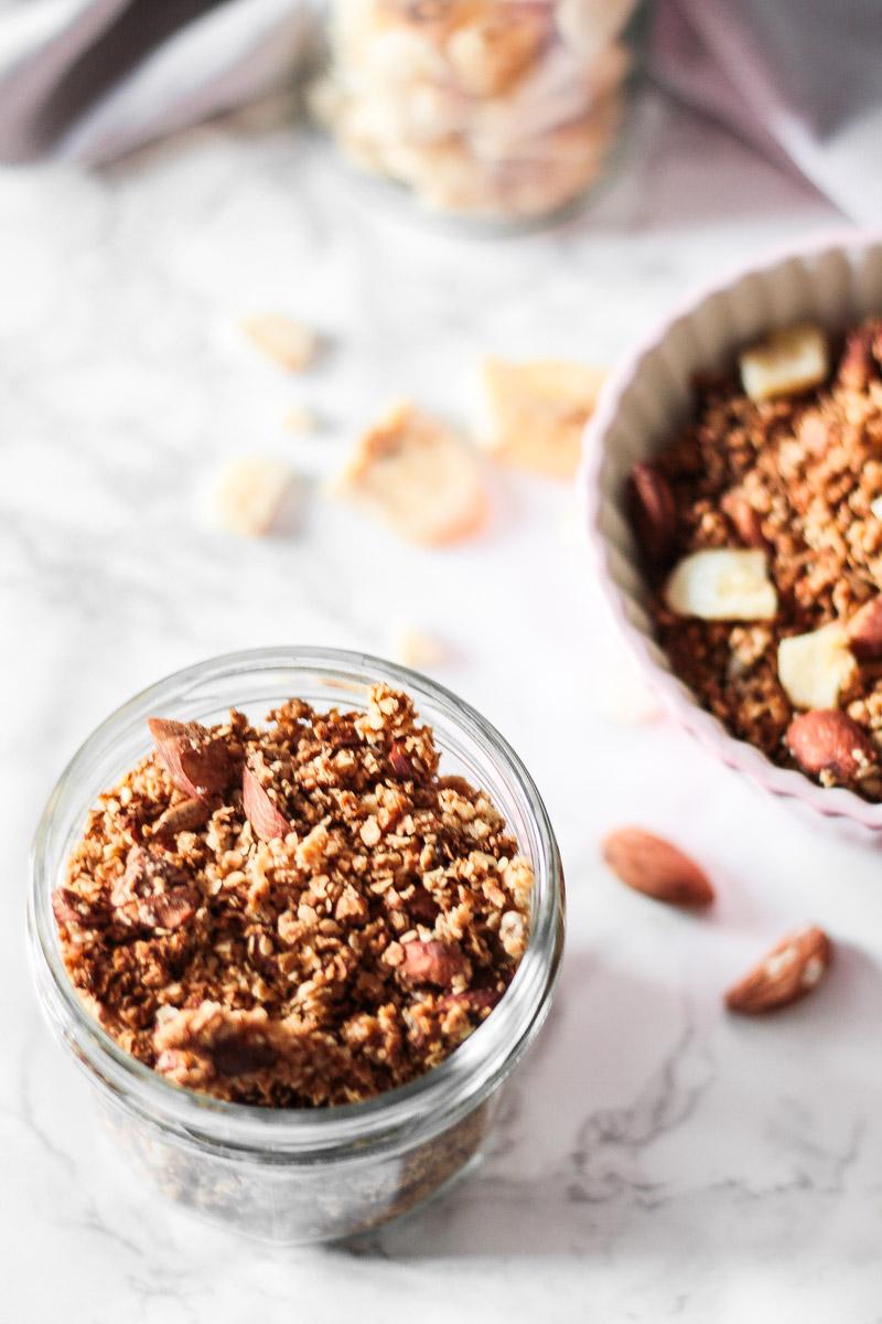 Selbstgemachtes Hirse Granola mit Nüssen ohne Zucker ist fix zubereitet und benötigt wenige Zutaten! Ein leckeres knuspriges Frühstück oder süßes Mitbringesel! #Granola #Hirsegranola #Hirse #glutenfrei