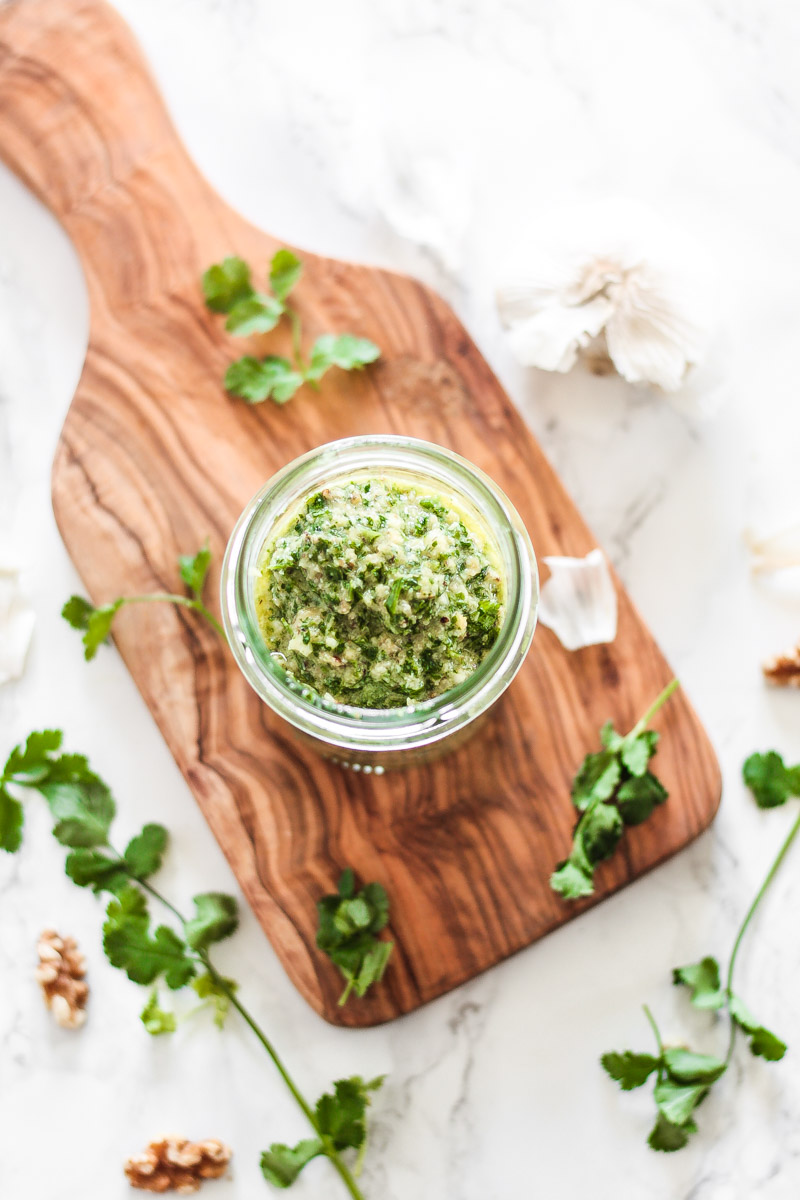 Schnelles und veganes Koriander Pesto Rezept. Koriander Perso schmeckt zu Brot, Pasta oder im Salat! #Korianderpesto #Pesto #Koriander #Pasta