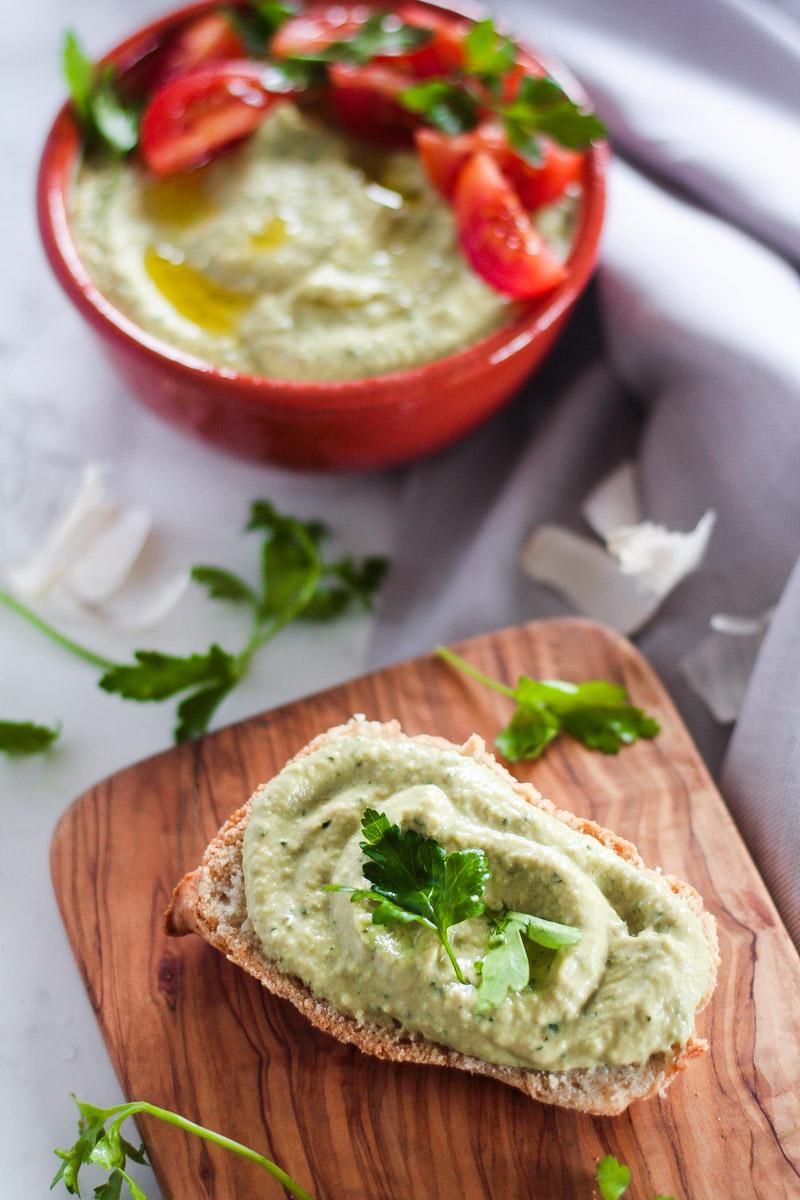 Ein Hummus Rezept mit Avocado und Zucchini, ohne Kichererbsen. Veganes Zucchini Hummus ist gesund, schnell gemacht und schmeckt als Dip, Brotaufstrich oder zu gebratenem Gemüse! #Hummus #Avocadohummus #Zucchinihummus