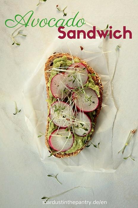 Leckeres veganes Avocado Sandwich mit Radischen und Kresse.