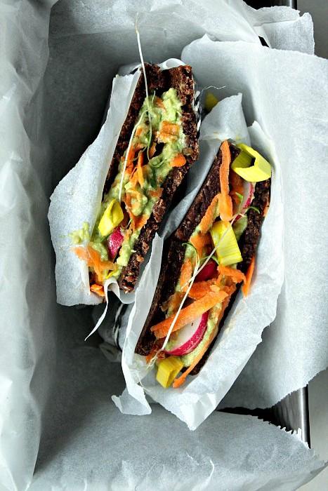 Leckeres veganes Sandwich. Reichhaltig belegt mit Avocado, Radieschen, Karotte, Lauch und Kresse.
