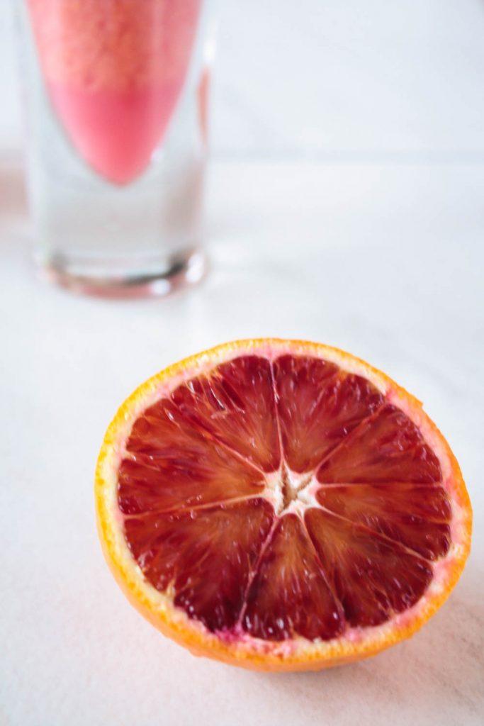 Gesunder Blutorangen Smoothie mit gepufftem Amaranth für ein gesundes Frühstück oder einen gesunden Snack Zwischendruch.
