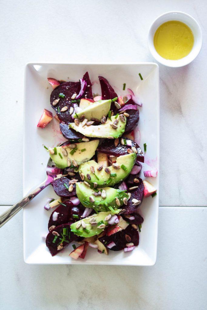 Rote Beete Apfel Salat mit Avocado und gerösteten Nüssen ist ein schnell gemaches und leckeres Gericht Ein gesunder Salat der sich prima ins Büro mitnehmen lässt oder sich schnell als Vorspeise für ein leckeres Abendessen zubereiten lässt. Eine Rezeptkarte zum download steht bereit, also klick dich durch! #rotebeete #vegan #Salat
