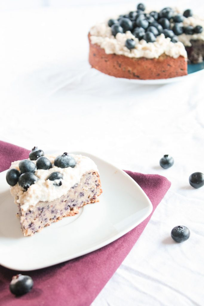 Zuckerfrei backen: Leckerer glutenfreier Heidelbeerenkuchen ganz ohne Zucker! Vegan! Auf dem Blog gibt es noch mehr zuckerfreie Kuchenrezepte