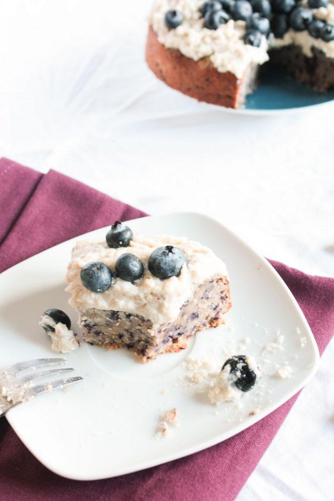 Zuckerfrei backen: Leckerer glutenfreier Heidelbeerenkuchen ganz ohne Zucker! Auf dem Blog gibt es noch mehr zuckerfreie Kuchenrezepte