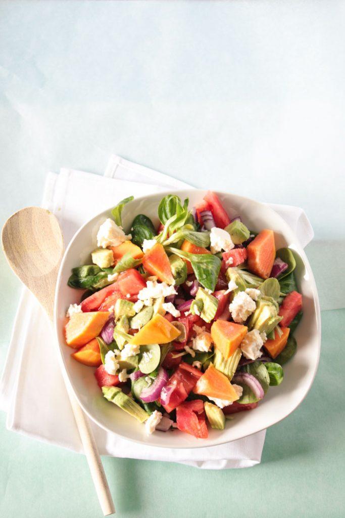 Fruchtig herzhafter einfacher Papaya Salat! Lecker, gesund und schnell gemacht! Rezeptkarte zum Herunterladen auf dem Blog!